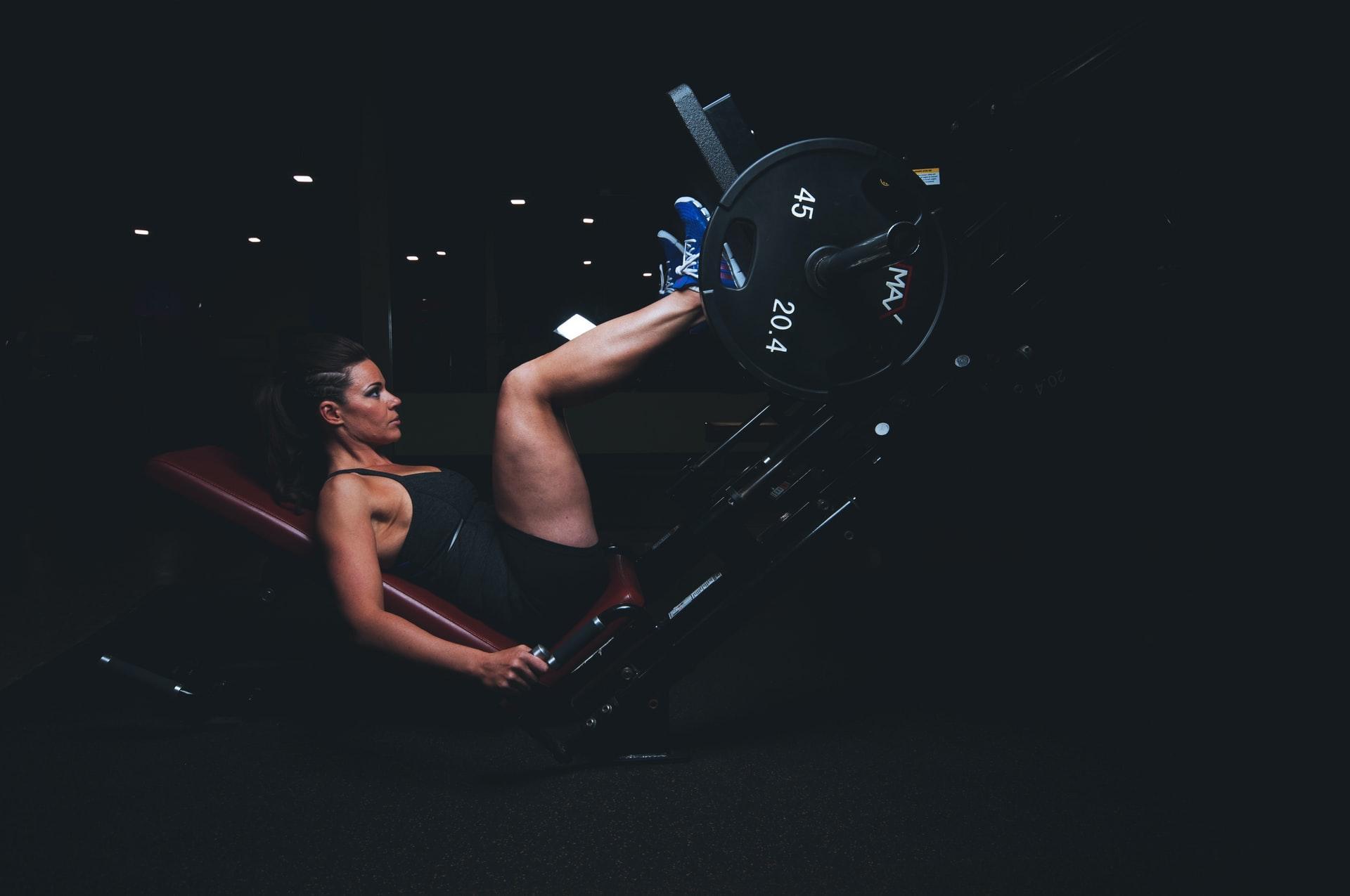 Volume de treinamento - Mulher fazendo leg press